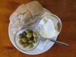 Olivas, alioli y pan payés
